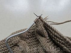 Patroon om een babyvestje te breien | Breimeisje.nl Brei Baby, Baby Vest, Clothes Hanger, Om, Fashion, Craft Work, Moda, Hangers, Coat Hanger