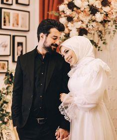 Best Couple Photos, Cute Couple Images, Couples Images, Muslimah Wedding Dress, Muslim Wedding Dresses, Cute Muslim Couples, Cute Couples, Wedding Ring Photography, Wedding Veils