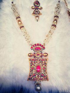 indian gold jewellery, diamond jewellery, temple jewellery, antique jewellery, ruby and emerald jewellery collection Indian Wedding Jewelry, Bridal Jewelry, Gold Jewelry, Beaded Jewelry, Jewelery, Diamond Jewellery, Indian Bridal, India Jewelry, Temple Jewellery