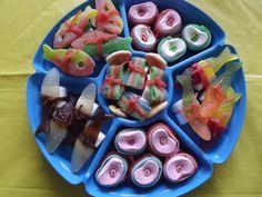 Schaal met snoepsushi gemaakt voor de verjaardag van mijn zoon maar ook leuk om op te trakteren natuurlijk .Je kunt ze ook bestellen op mijn site www.traktatiesbymo.nl
