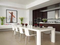 Sala de jantar toda branca integrada com a cozinha em madeira mais escura. (desiretoinspire)
