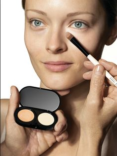 How to Cover Under Eye Circles with Concealer ? - Makeup Tips How To Apply Concealer, Best Concealer, Under Eye Concealer, Corrector Concealer, Beauty Makeup Tips, Beauty Secrets, Beauty Hacks, Makeup Techniques, Tips Belleza