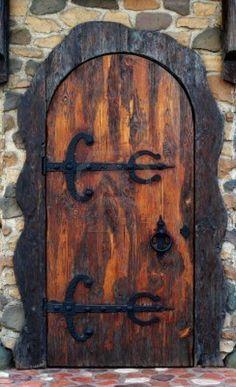 puerta de madera con adornos de hierro