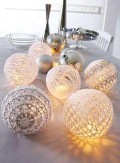 Diy Crafts - 15 ideas to decorate your house with light wreaths in christmas - Lady's Houses All Things Christmas, Christmas Time, Christmas Crafts, Christmas Ornaments, Christmas Balls, Crochet Ball, Diy Crochet, Crochet Kits, Lighted Wreaths