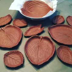 Picture only-air dry clay, paintedPin by Joceline FGL on cimento arteUsing Real Leaves to Decorate Pottery Credit: Piper Pottery + Crafts Pottery Plates, Slab Pottery, Ceramic Pottery, Pottery Art, Ceramic Clay, Ceramic Plates, Cerámica Ideas, Diy Tableware, Keramik Design