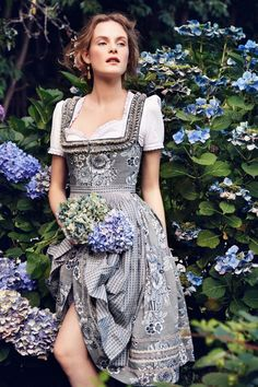 5 Dress Styles That Will Make You Look Thinner. While particular ladies wear products you see on the runway might look terrific on models, they might not look great on every woman. Oktoberfest Outfit, Country Fashion, Grey Fashion, Drindl Dress, German Costume, Image Fashion, Medieval Dress, Flattering Dresses, Couture