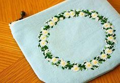リースの刺繍をポーチにしました . #刺繍 #手刺繍#ハンドメイド #handmade #花の刺繍#ポーチ