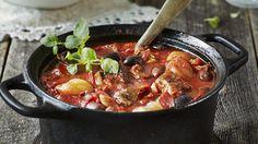 Välimeren tapaan tuunattu karjalanpaisti maistuu koko perheelle. Pata on helppo valmistaa ja se hautuu uunissa kypsäksi kuin itsestään. Noin 1,75€/annos. Korean Kimchi, Brown Sugar Bacon, Slow Cooked Lamb, Cook At Home, Garlic Chicken, Roasted Garlic, Chorizo, Spicy, Curry