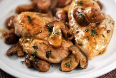 Cette délicieuse recette de poulet et champignon à la mijoteuse est servie avec une délicieuse sauce et c'est très facile à faire! Mushroom Dish, Mushroom Chicken, Mushroom Recipes, Mushroom Meals, Keto Crockpot Recipes, Slow Cooker Recipes, Low Carb Recipes, Crockpot Dishes, Crockpot Meals