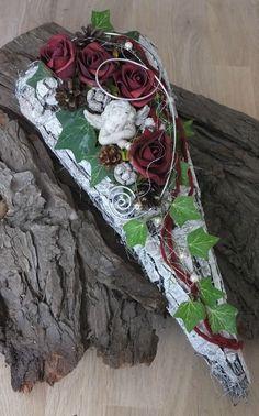 Grave Arrangement, Grave Jewelry, All Saints' Day, Dead Son … Creative Flower Arrangements, Dried Flower Arrangements, Dried Flowers, Paper Flowers, Grave Flowers, Funeral Flowers, Grave Decorations, Christmas Decorations, Log Decor