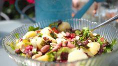 Kold kartoffelsalat med jordbær, ærter og jordnødder