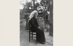 Vrouw uit Heeze in Noord-Brabantse streekdracht. Ze is gekleed in zondagse dracht of gelegenheidskleding. Over de muts draagt ze een 'poffer'. Dit is een losse versiering, rijk voorzien met kunstbloemen en linten. vanAgtmaal #NoordBrabant #Kempen