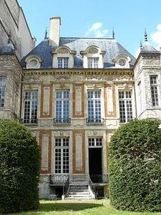 26 rue Geoffroy-l'Asnier - The garden facade of the Chalon-Luxembourg hotel built from 1625 in the Parisian district of Le Marais. Beautiful Buildings, Beautiful Places, Hotel Particulier Paris, Paris Monuments, Luxembourg Paris, La Rive, Classic Architecture, Mansions Homes, Paris Ville
