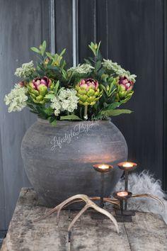 Fake Flower Arrangements, Fake Flowers, House Season 7, Interior Design Tips, Interior Decorating, Beautiful Interiors, Woodworking Crafts, Planting Flowers, Cement