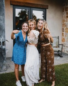 She's Engaged : SadieRobertson Mary Kate Robertson, Robertson Family, Sadie Robertson Dresses, Duck Dynasty Sadie, Cute Friend Pictures, Funny Pictures, Blue Flannel Shirt, Cute Friends, Bridesmaid Dresses