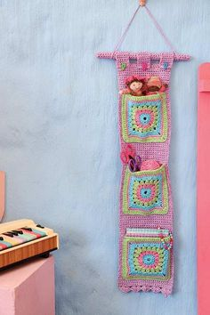 Crochet this bag - perfect for a child s room Hekel hierdie sak vir n kinderkamer crochet craft DIY decor Crochet Home, Crochet Granny, Cute Crochet, Crochet Crafts, Yarn Crafts, Crochet Projects, Crochet Organizer, Crochet Storage, Knitting Patterns