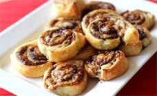 These easy Vegemite and cheese scrolls are a delicious snack, even when the budget is tight. Bake them as an after school snack or to pop into your kids' lunch boxes. Lunch Box Recipes, Baby Food Recipes, Lunchbox Ideas, I Love Food, Good Food, Fun Food, Vegemite Scrolls, Yummy Snacks, Yummy Food