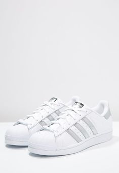 dk - Adidas White Sneakers - Latest and fashionable shoes - bestil adidas Originals SUPERSTAR Sneakers white/silver metallic/core black til kr 79900 Køb hos Zalando og få gratis levering. Cheap Running Shoes, Adidas Running Shoes, Adidas Outfit, Adidas Sneakers, White Sneakers, Sneakers Fashion, Fashion Shoes, Adidas Originals Superstar, Dream Shoes