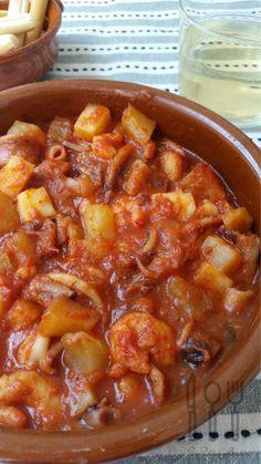 Empezamos pelando y rallando la cebolla y picando los ajos, los sofreímos en una cazuela con aceite de oliva sin que lleguen a dorarse. Cuando los tengamos listos, añadimos el tomate rallado y sofreímos todo hasta que quede cocinado. A este sofrito, añadimos el pimentón, las hebras de azafrán,... Spanish Kitchen, Mediterranean Recipes, Fish And Seafood, Healthy Smoothies, Bruschetta, Seafood Recipes, Food Inspiration, Tapas, Food To Make