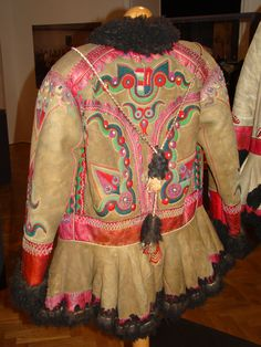 Hungarian coat from Fekete-Körös valley, Transylvania. It part of the Hungarian ethno-cultural region of the historical Transylvania province. After the Dictate of Trianon it became part of Romania. Hungarian Embroidery, Wool Embroidery, Embroidery Patterns, Cheap Coats, Gypsy Warrior, Folk Costume, Budapest Hungary, Historical Costume, Festival Wear
