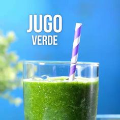Jugo Verde para quemar grasa There is nothing like starting your day with a delicious green juice. It is an ideal drink for when you are on a diet and looking for healthy foods that help you lose weight. Detox Juice Cleanse, Detox Juice Recipes, Liver Detox, Detox Drinks, Smoothie Recipes, Detox Juices, Water Recipes, Detox Tea, Drink Recipes