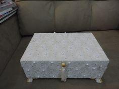 Caixa em mdf com renda e aplicação de pérolas e cristais. Caixa:R$ 100,00 R$ 100,00