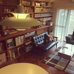 Naoさんの、リビング,本棚,グリーン,unicoのテーブル,造作棚,ヘリンボーンの床,unico ラグマット,窓から見える緑,カリモク60 ソファー,ルイスポールセン照明,のお部屋写真
