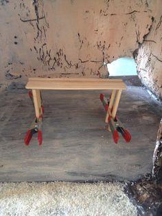 Side table in de lijmklemmen