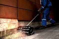 Kiinteistönhoitaja (kiinteistönhoidon osaamisala) tekee kiinteistön huoltotöitä ja teknisten järjestelmien hoitotöitä,  joita ovat rakennusten lämmitys-, vesi-, viemäröinti- ja ilmanvaihtojärjestelmien käyttö, huolto ja seuranta. Lisäksi töihin kuuluu sähkö- ja automaatiojärjestelmien seuranta, erilaiset rakennustekniset työt sekä pihojen ja viheralueiden hoitotyöt.