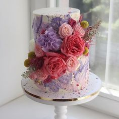 Surprise your sister with the beautiful cake flower cake gift.