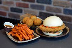 Siseng : le Bao Burger, nouvelle lubie du 10ème arrondissement. Un burger asiatique. Un pain fait en brioche chinoise traditionnelle (bao), un poulet mariné et frit (ou du bœuf)