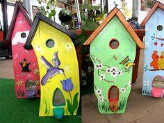 Auf einer Messe haben wir diese schönen Vogelhäuser entdeckt und für Sie eingekauft. Kommen Sie in unseren Gartenmarkt und finden Sie Ihren Favoriten für die Vögel in Ihrem Garten.