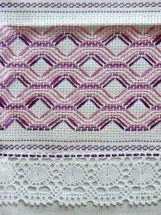 pano de prato bordado em vagonite - Buscar con Google Hand Embroidery Videos, Hand Embroidery Stitches, Ribbon Embroidery, Embroidery Patterns, Cross Stitch Patterns, Huck Towels, Swedish Weaving Patterns, Swedish Embroidery, Monks Cloth