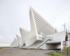 La stazione ferroviaria mediopadana dell'alta velocità, realizzata a Reggio Emilia dallo studio di architettura Calatrava. The Mediopadana railway station, built in Reggio Emilia and designed by Calatrava.