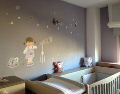 La habitacion de Alba es de color malva y tiene un vinilo de una niña con telescopio mirando las estrellas