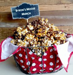 Moose Munch popcorn and a Candy Bar for a stay-at-home cards night! Night Snacks, Easy Snacks, Appetizers For Party, Appetizer Recipes, Chocolate Drizzled Popcorn, Yummy Treats, Sweet Treats, Moose Munch, Game Day Food