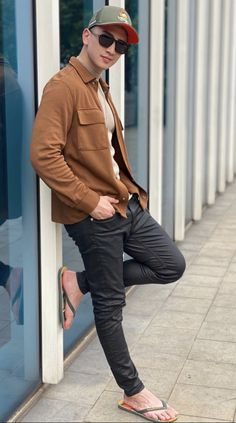 Mode Masculine, Classy Couple, Really Hot Guys, Casual Outfits, Men Casual, Barefoot Men, Mens Flip Flops, Male Feet, Athletic Men