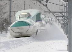 雪を巻き上げながら…北海道新幹線の「H5系」が初の最高速260キロで試験走行を行いました。 http://www.sankei.com/photo/story/news/141226/sty1412260011-n1.html …