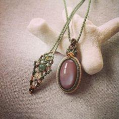 今日のマクラメ。 ムーンストーンマクラメペンダント。 こちらの作品は販売可能です。  お気軽にメッセージにてお問い合わせ下さい♪  #MacrameJewelryMANO  #マノ#miyakojima #宮古島 #okinawa #macrame #マクラメ #handwork #handmade #手仕事 #diy  #naturalstone #gemstone #stone #mineral #crystal #鉱物 #天然石 #accessories #アクセサリー #ペンダント #pendant #ムーンストーン #moonstone