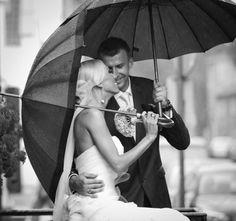 Rainy day wedding shot. Photography by whitefashionphotographer.com