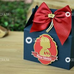 Caixinha Retangular Branca de Neve Luxo Lembrancinha Dourado no First Birthday Parties, First Birthdays, Favor Boxes, Drink Sleeves, Personalized Gifts, Snow White, Favors, Scrapbook, Party