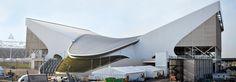 アクアティクス・センター ロンドンのオリンピック・パーク内に建設された屋内水泳施設。ザハ・ハディッドによって、ロンドンが五輪招致に成功する前の2004年に設計された。 London Aquatics Centre Indoor swimming facility was built in the Olympic Park in London . By Zaha Hadid , London has been designed in 2004 before the successful Olympic bid .