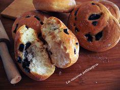 I panini soffici alle olive sono dei panini con una leggera crosticina dorata all'esterno ed una mollica sofficissima all'interno con il sapore unico delle olive nere.