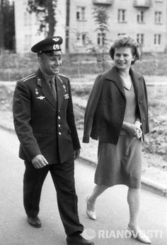 ГАГАРИН И ТЕРЕШКОВА Valentina Tereshkova, Juri Gagarin, Space Race, History Memes, Space Program, Historical Maps, Soviet Union, Animation Film, Short Film