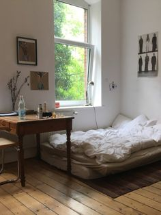 Dieses WG-Zimmer in Hannover besticht durch seine mühelose Unperfektheit - und strahlt dabei so viel Charme aus, dass man sofort einziehen möchte! #wggesucht #wgzimmer #wggesuchtde #wg #jugendzimmer #studentenzimmer #altbau #matratze #parkett #dielen #charme #rohdiamant #flatshare #raw #weiß Room Interior, Interior Design, Aesthetic Room Decor, Cozy Room, Minimalist Bedroom, Dream Rooms, My New Room, House Rooms, Cozy House