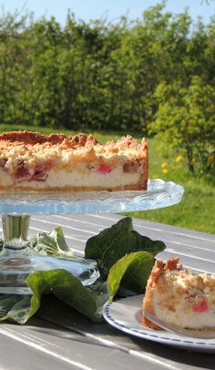 Rabarber-cheesecake med crumble til en solskinsdag i haven. Cheesecakes, Scones, Rhubarb Cake, Danish Food, Pastry Cake, Rhubarb Recipes, Dessert Recipes, Desserts, Piece Of Cakes