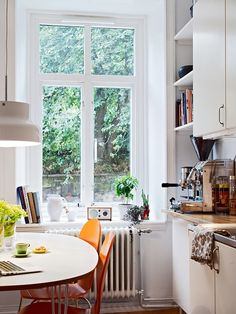 Love the window. Love a white space. Source: my scandinavian home: A white Swedish apartment Gorgeous! Love the window. Love a white space. Source: my scandinavian home: A white Swedish apartment Cosy Kitchen, Scandinavian Kitchen, Kitchen Ideas, Kitchen White, Swedish Kitchen, Kitchen Corner, Nice Kitchen, Kitchen Decor, Scandinavian Windows