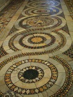 La guilloche, uno dei motivi principali dei Cosmati, composto da una serie di rondelle collegate da fasce di marmo bianche e da motivi geometrici intrecciati. Questo esempio è nella chiesa di S.Anastasio a Castel S.Elia (foto Judith Moran)