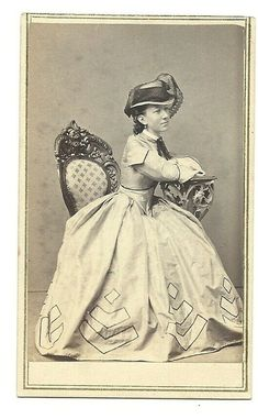 1860s HARTFORD CT CDV OF BEAUTIFUL LADY IN GREAT HAT / DRESS - PRESCOTT & GAGE Vintage Gowns, Vintage Ladies, Vintage Outfits, Vintage Clothing, Victorian Women, Victorian Fashion, Victorian Dresses, Victorian Era, Hats For Women