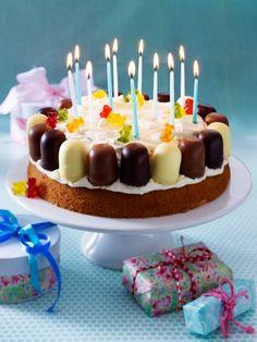 Was das Kinderherz begehrt: Schokoküsse, Gummibärchen und Kerzen - eine Kindergeburtstagstorte, die kleine und große Geburtstagskinder zum Strahlen bringt.